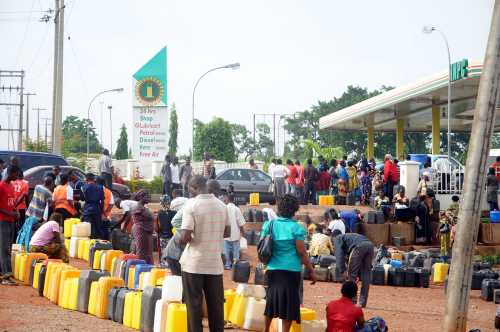 Motorists In Osogbo Laments Fuel Hoarding At NNPC Station