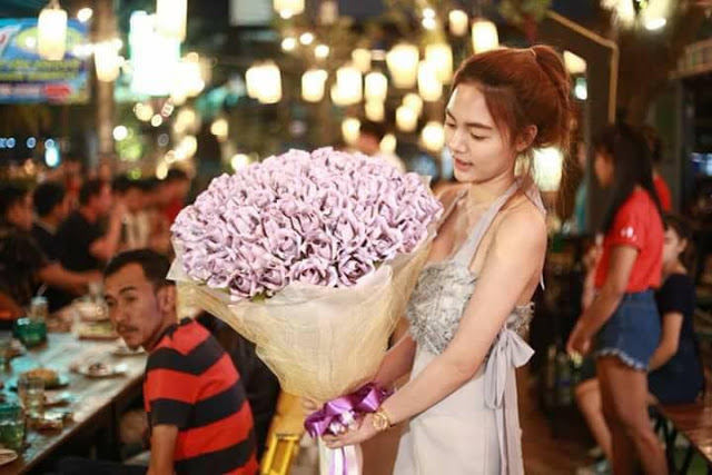 Thai Woman Surprises Boyfriend With A Large Bouquet Made Of Money