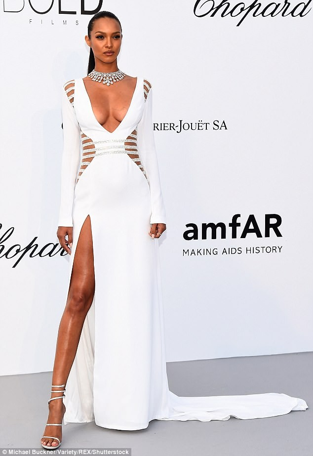 Jaw-Dropping Pictures Of  Lais Ribeiro In Lovely White Dress