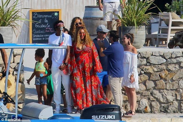 Beyonce Looks Pregnant As She Steps Out With Jay Z And Blue Ivy