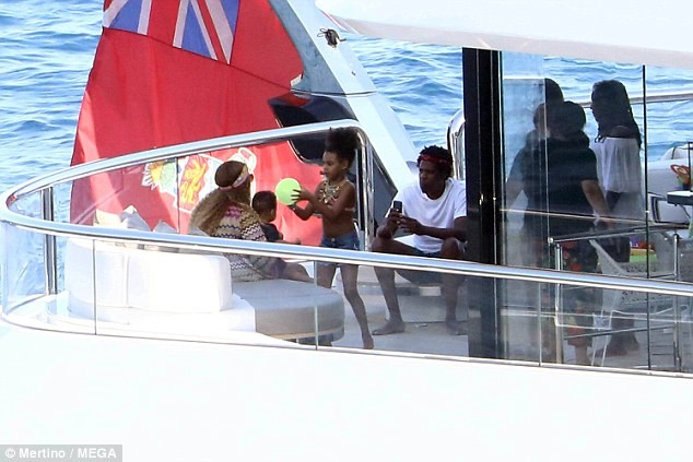 Beyonce And Family Relax In Luxury Yacht In Italy